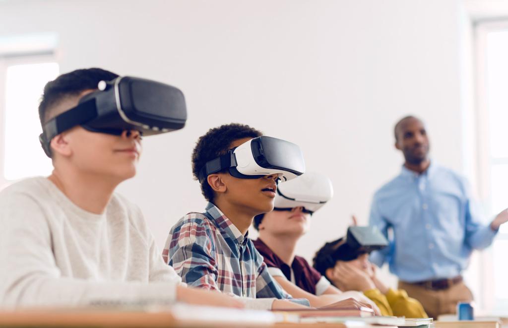Kuvituskuva: Koululaisia VR-lasit päässä.