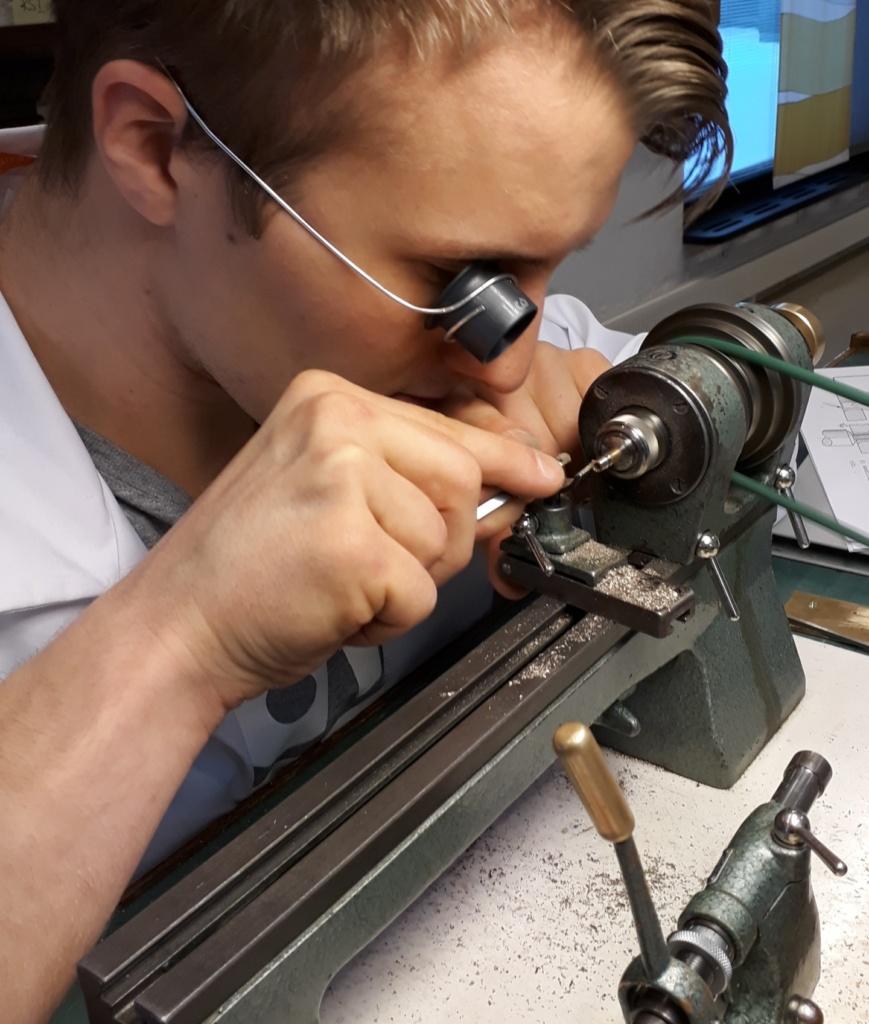 Opiskelija työskentelee mikromekaniikan parissa