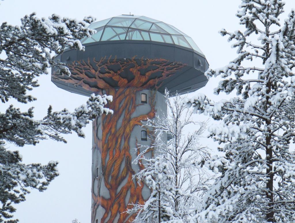 Kuvassa näkyy iglutorni talvisessa maisemassa.