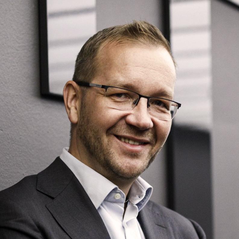 Kuvassa Keskuskauppakamarin toimitusjohtaja Juho Romakkaniemi hymyilee kameralle.